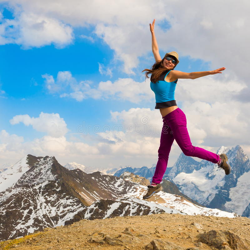 Una donna in autunno di giorno della montagna immagini stock