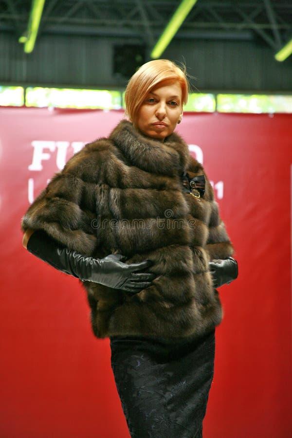 Una donna bionda in una pelliccia immagine stock libera da diritti