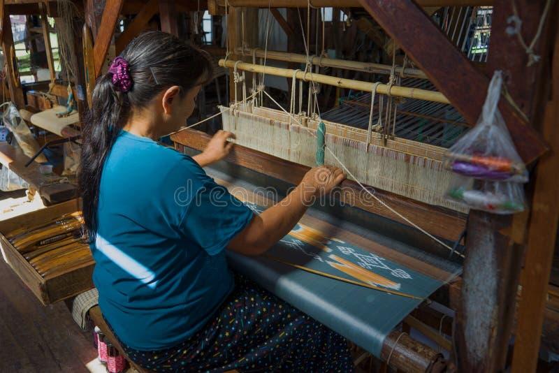 Una donna birmana tesse un tessuto Il Myanmar Birmania fotografia stock