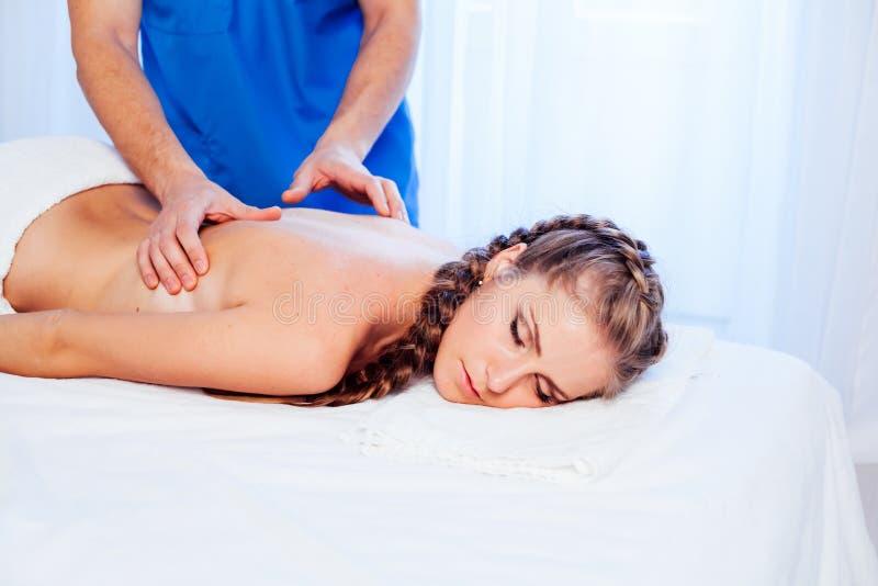 Una donna che fa un massaggio alla schiena nella Spa 1 fotografia stock