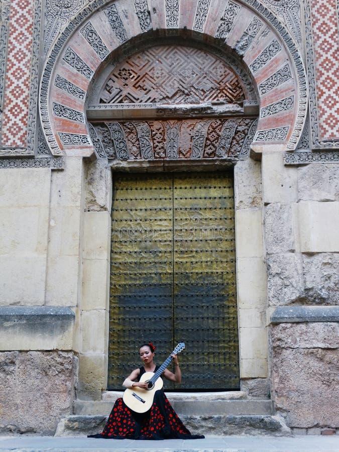 Una donna che gioca una chitarra spagnola di flamenco fotografia stock