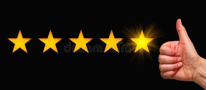 Una donna che mostra un pollice in su e un simbolo a cinque stelle, il concetto di valutazione positiva, recensioni e feedback fotografia stock