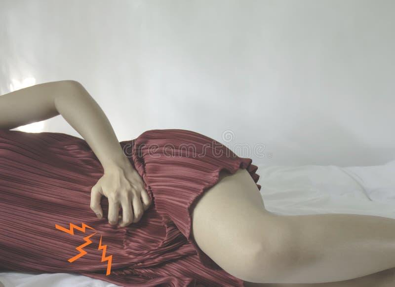 Una donna che porta un vestito rosso fotografie stock libere da diritti