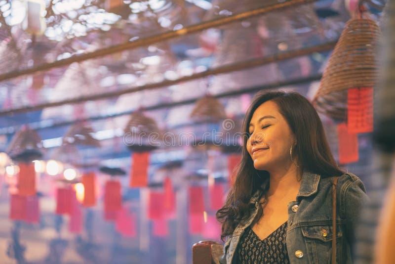 Una donna che prega in tempio cinese fotografie stock libere da diritti
