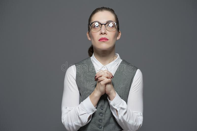 Una donna chiede supplica per un aiuto immagine stock