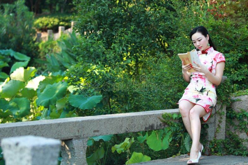 Una donna cinese porta il vestito tradizionale nel parco dell'acqua di Shanghai fotografia stock