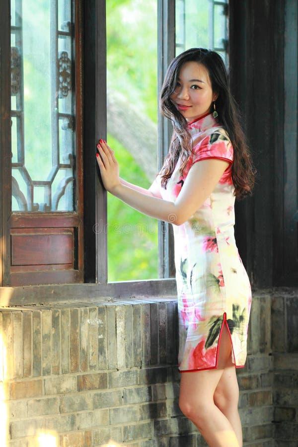 Una donna cinese porta il vestito tradizionale nel parco dell'acqua di Shanghai fotografia stock libera da diritti