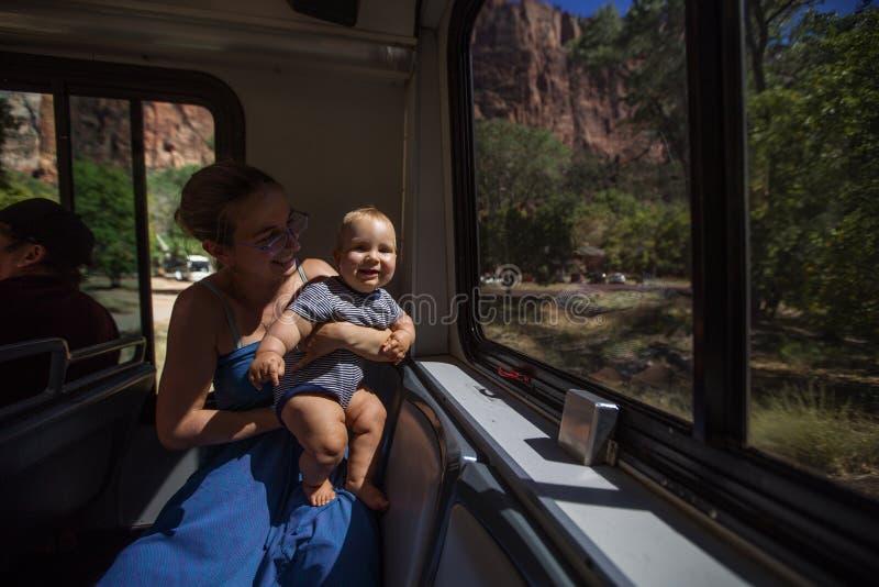 Una donna con il suo neonato ? trekking nel parco nazionale di Zion, Utah, U.S.A. fotografie stock