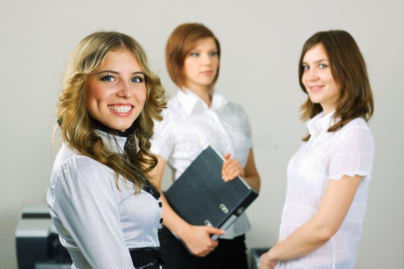 Una donna di affari dei tre giovani. fotografia stock
