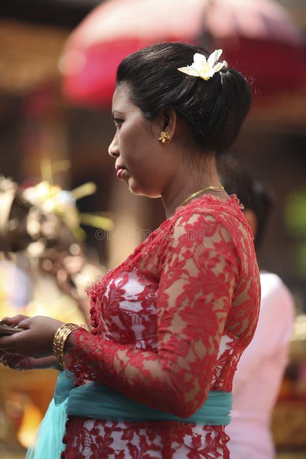 Una donna di balinese in vestiti tradizionali su cerimonia del tempio indù, isola di Bali, Indonesia fotografia stock