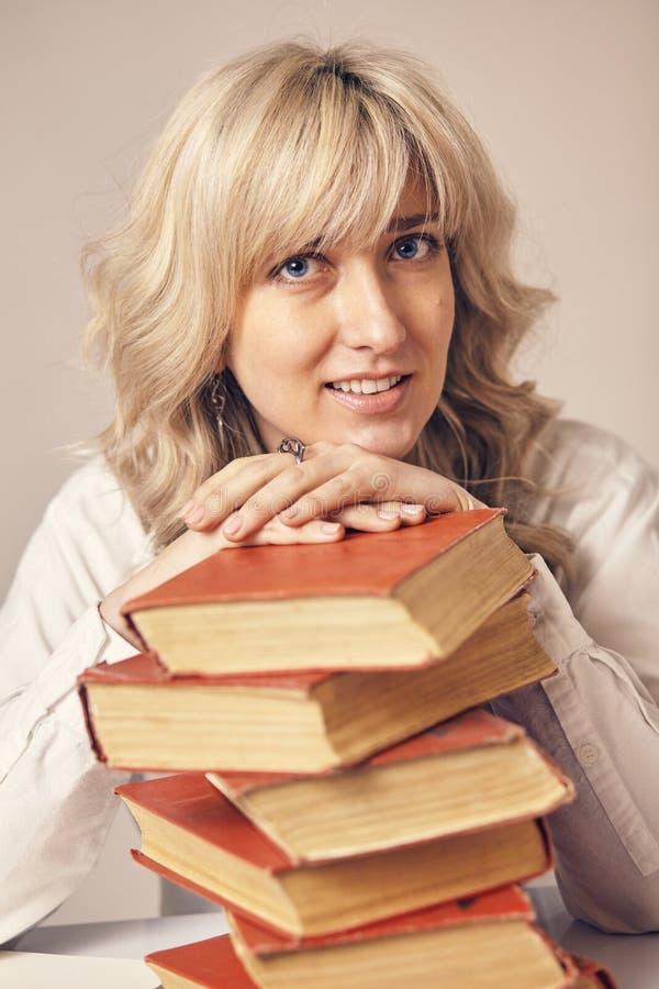 una donna e libri di affari fotografia stock