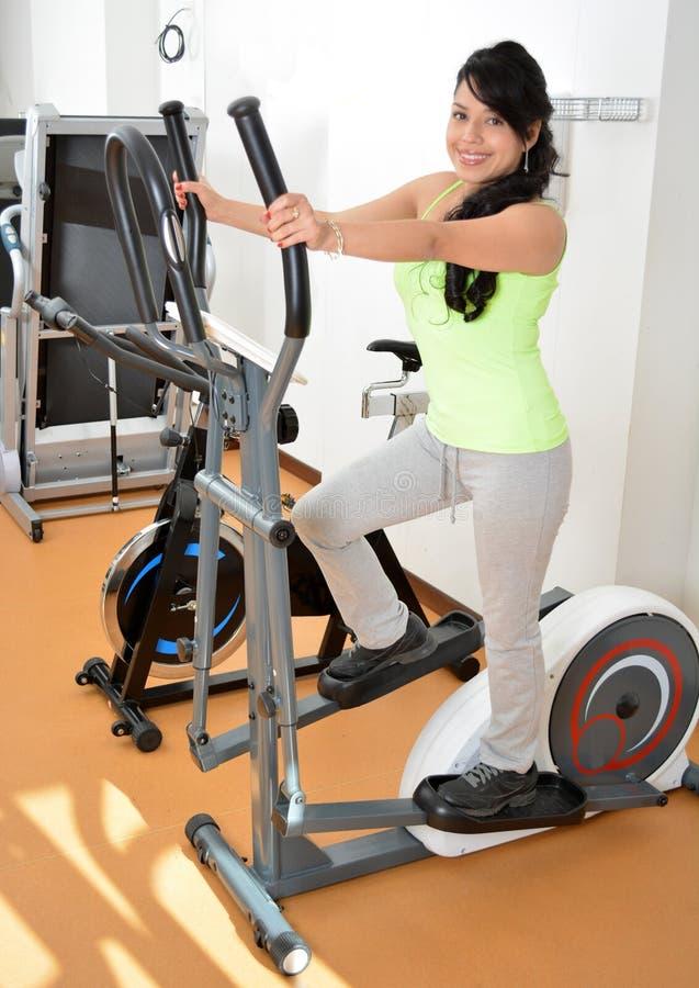 Una donna fa un certo cardio esercizio immagine stock libera da diritti