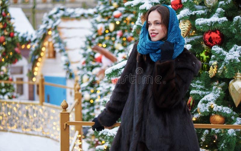 Una donna felice per strada d'inverno Capodanno fotografia stock