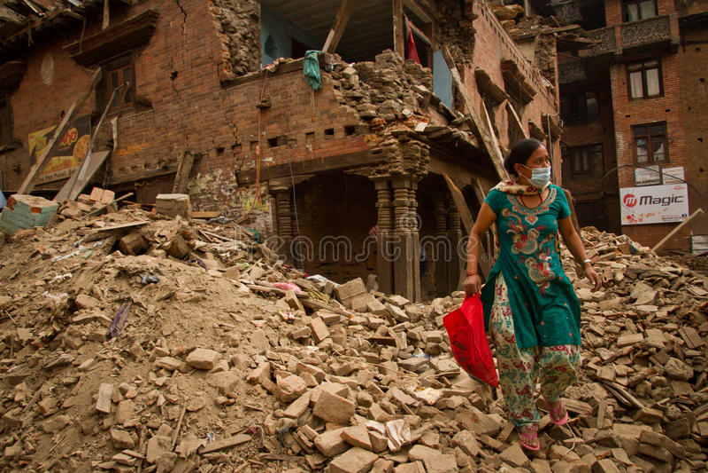 Una donna fuori del suo ora terremoto ha rovinato la casa in Bhaktapur, Ne immagini stock libere da diritti