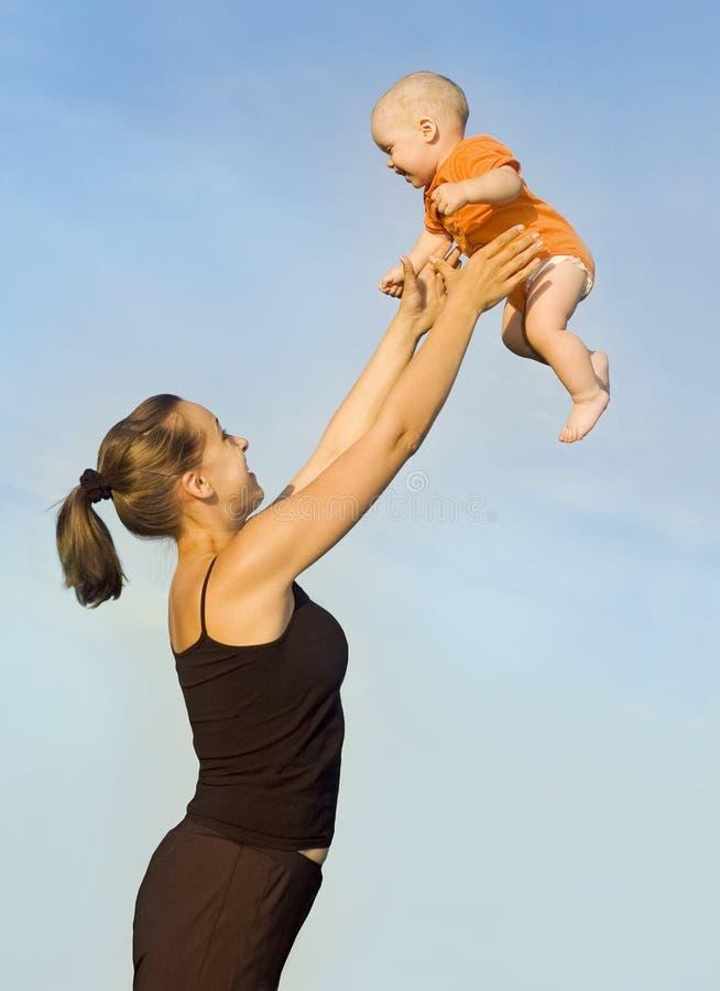 Una donna getta un bambino immagine stock libera da diritti