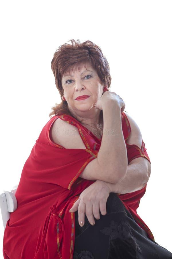 Una donna grassa in una blusa lunga rossa fotografia stock libera da diritti