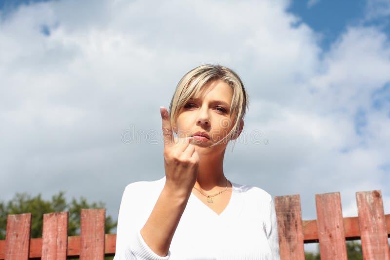 Una donna graziosa con indicare barretta immagini stock