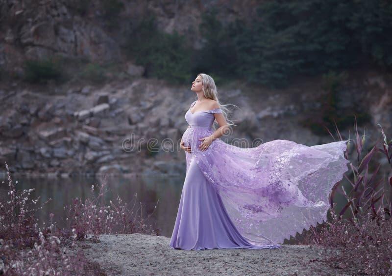 Una donna graziosa in un bello, vestito fotografia stock libera da diritti
