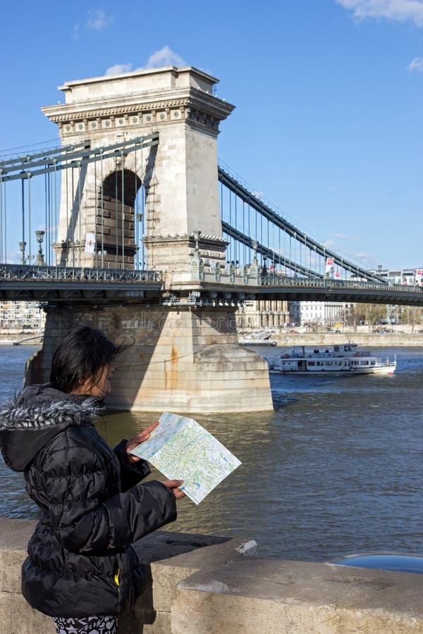 Una donna guarda nella mappa della città di Budapest fotografia stock libera da diritti