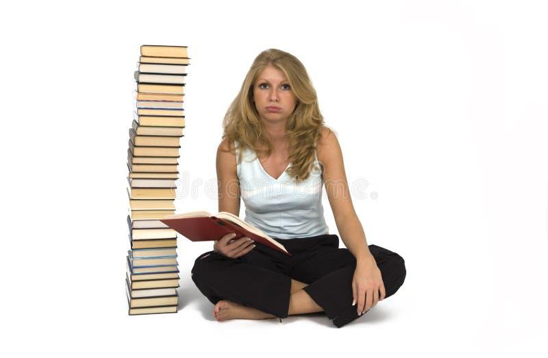 Una donna legge i libri. fotografia stock libera da diritti