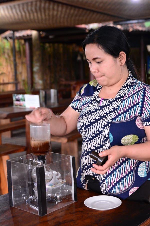 Una donna locale che prepara il caffè dello zibetto Tampaksiring Reggenza di Gianyar bali l'indonesia immagine stock libera da diritti
