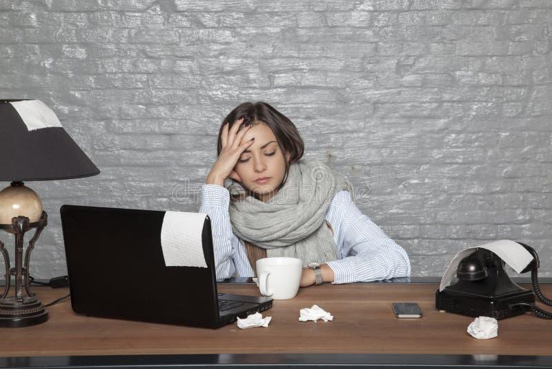 Una donna malata di affari non può mettere a fuoco su lavoro fotografia stock libera da diritti