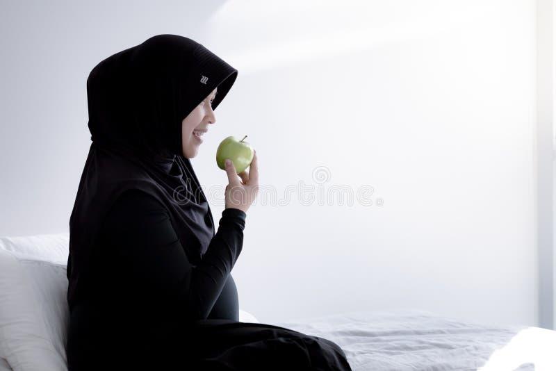 Una donna musulmana incinta dall'Asia immagine stock