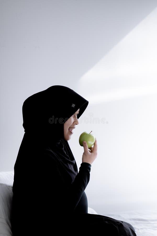 Una donna musulmana incinta dall'Asia fotografia stock libera da diritti
