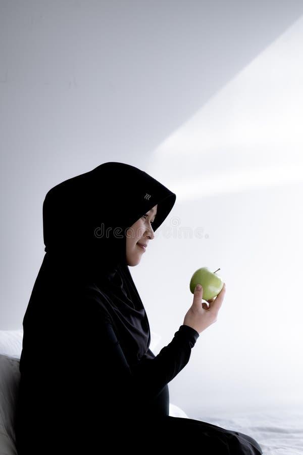 Una donna musulmana incinta dall'Asia fotografia stock
