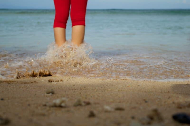 Una donna nella spiaggia che si dirige al mare fotografie stock