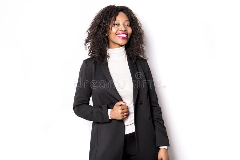 Una donna nera di affari posa per un ritratto su bianco dello studio fotografia stock libera da diritti