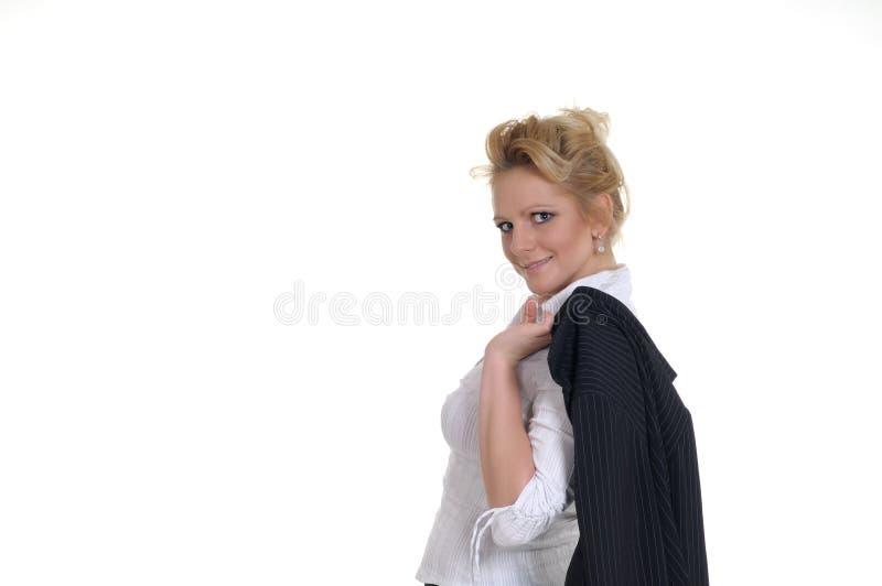 Una donna piacevole nel suo tempo di ricreazione