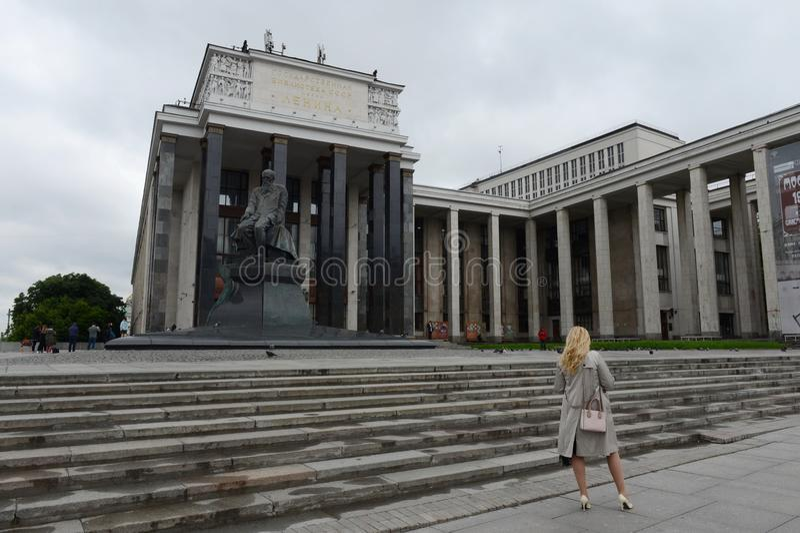 Una donna sconosciuta alla biblioteca di stato russa immagine stock