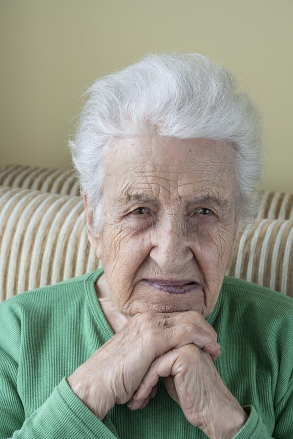 Una donna senior stanca che esamina macchina fotografica fotografia stock