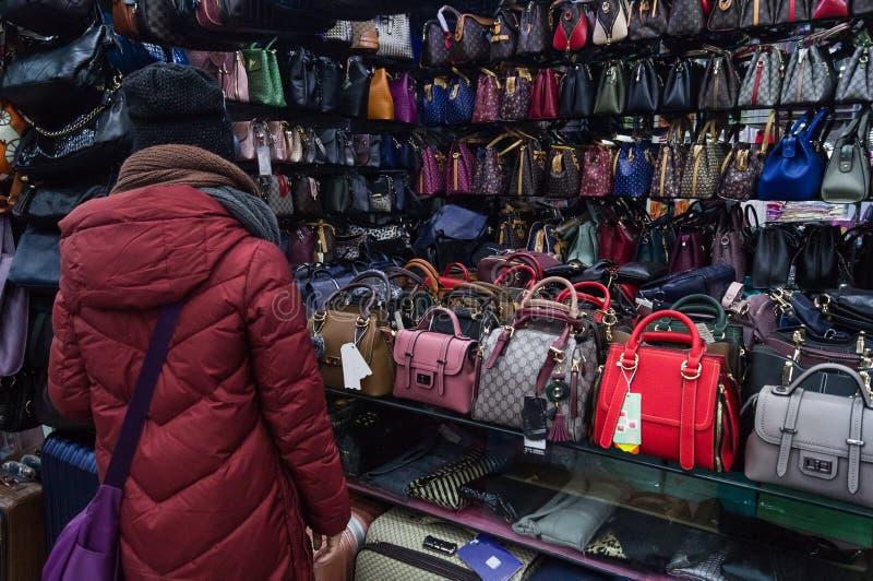 Una donna sta comprando una borsa fotografia stock libera da diritti