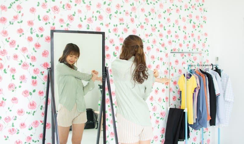 Una donna sta esaminando lo specchio immagine stock