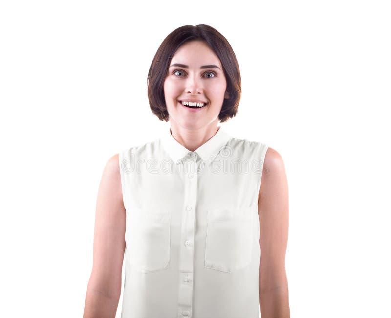 Una donna sta ridendo ed eccitato Una giovane donna felice e pazza isolata su un fondo bianco Una signora castana e casuale diver fotografie stock libere da diritti