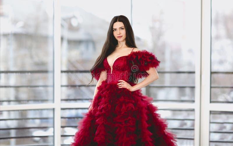 Una donna stupenda in abito rosso fotografia stock
