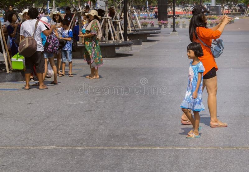 Una donna tailandese e la sua piccola figlia hanno fatto un viaggio a Koh Larn dal fatato immagine stock
