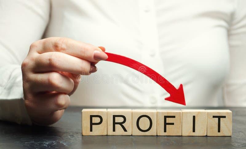 Una donna tiene una freccia rossa del basso sopra il profitto di parola Affare e povertà infruttuosi Declino di profitto Perdita  immagini stock