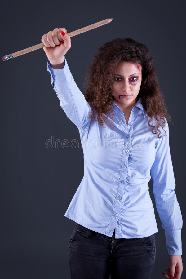 Una donna tiene una grande penna in nome dei media e del journali liberi fotografia stock libera da diritti