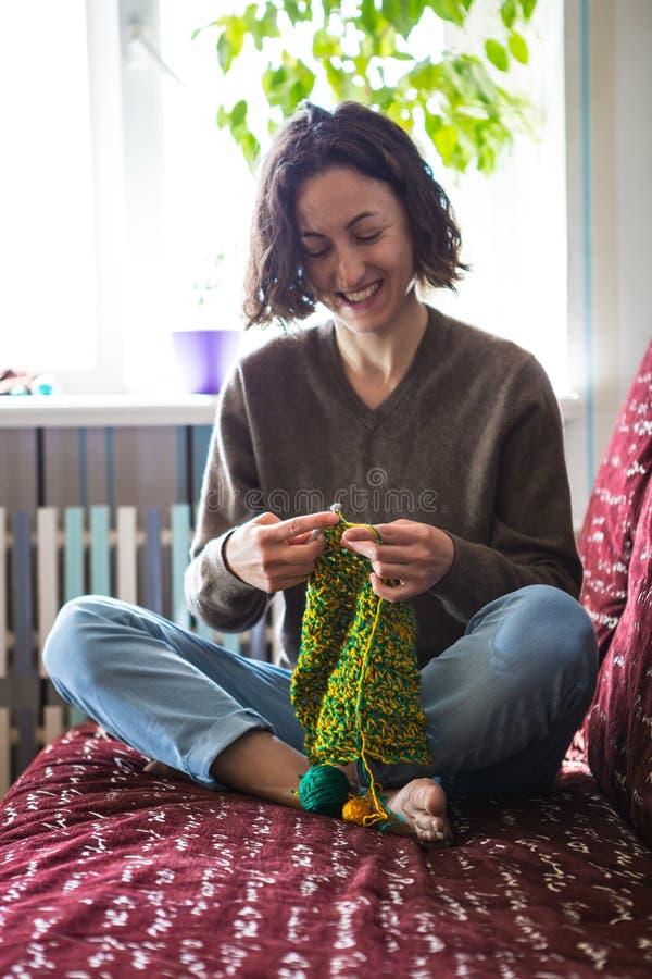 Una donna tricotta da filato spesso immagini stock