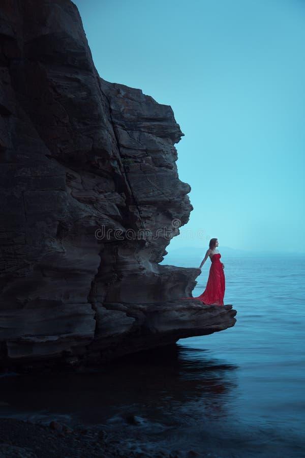 Una donna triste vicino al mare nella sera immagine stock libera da diritti