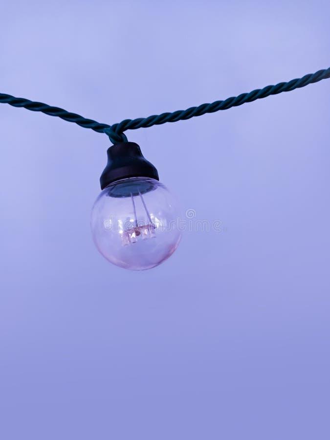 Una ejecución de la lámpara en una guirnalda fotos de archivo