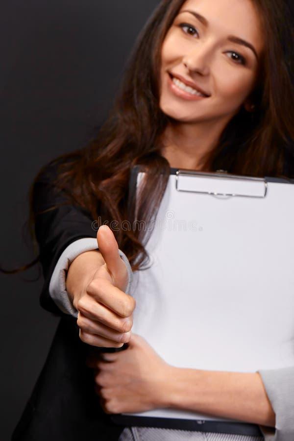 Una empresaria joven hermosa que le da los pulgares para arriba fotografía de archivo