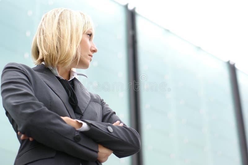 Una empresaria rubia joven en ropa formal fotografía de archivo