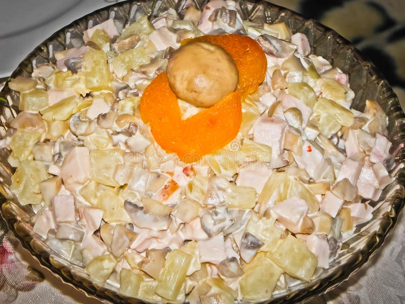 Una ensalada de la fantasía adornada con los champiñones es muy extravagante imagen de archivo