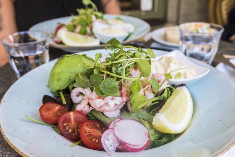 Una ensalada sana fresca del camarón imagenes de archivo