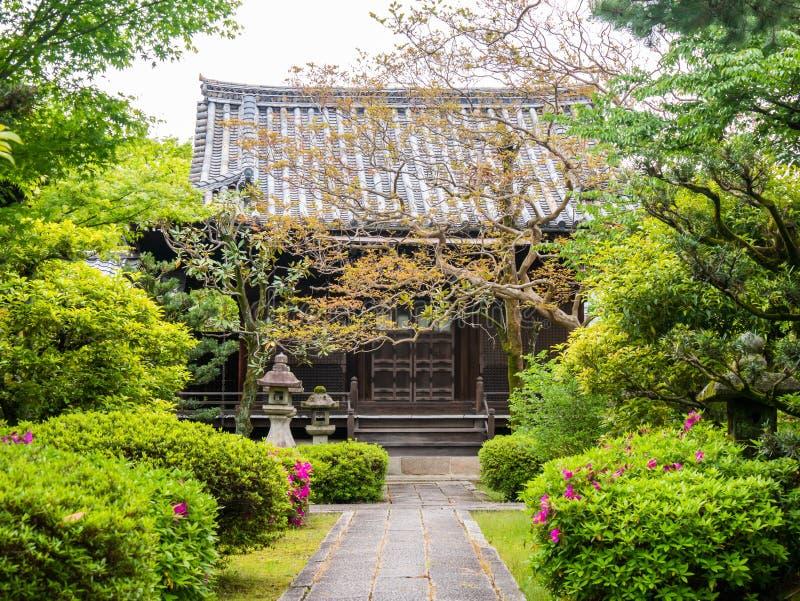 Una entrada a un hotel tradicional japon?s Puertas deslizantes en un ryokan en Jap?n Una yarda de una casa japonesa tradicional e fotografía de archivo