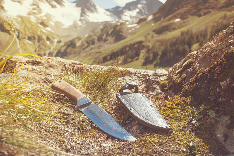 Una envoltura del cuchillo y del cuero del hombre de la montaña exhibida fotos de archivo libres de regalías